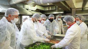 Radyocular Sultangazi Aşevi'nde Yemekleri Pişirdi