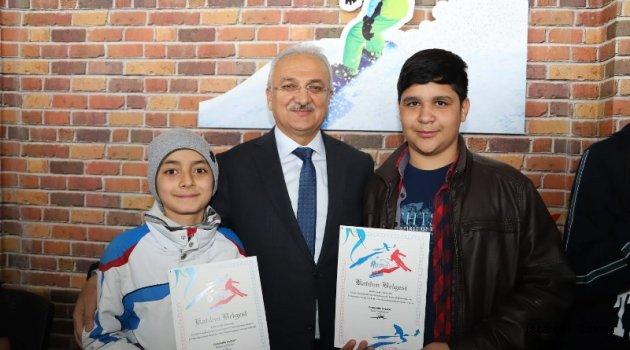 Başkan Başsoy'dan Kayak Kursiyerlerine Plaket