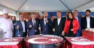 Kağıthane Belediye Başkanı Kılıç Aşure Dağıttı